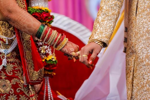 Ceremonia de boda india tradicional, novio de la mano en la mano de la novia