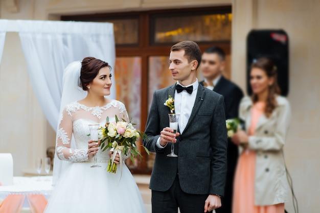 Ceremonia de boda en una oficina de registro de pintura, matrimonio