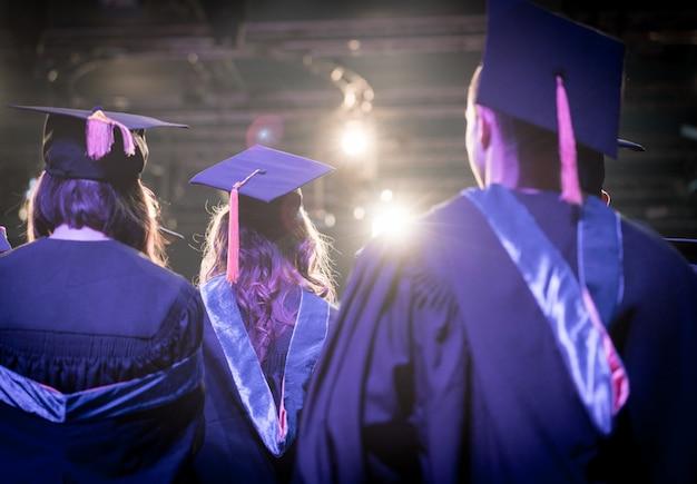 Ceremonia de graduación con estudiantes orgullosos.