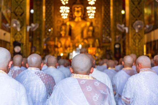 Ceremonia de ordenación de monje ordinario de grupo o sacerdote budista en tailandia