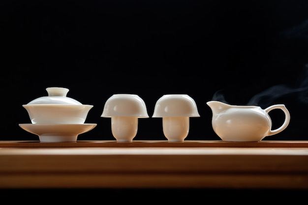 Ceremonia del té en mesa de bambú