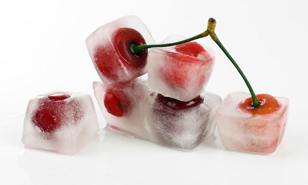 Cereza en cubo de hielo en blanco