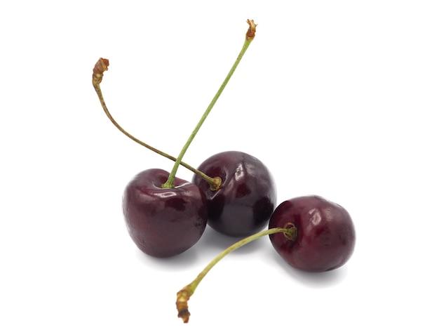 Cereza dulce fresca en el carro de la compra o la carretilla aislada en el fondo blanco.