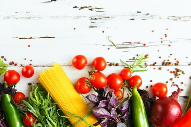 Cereza, estragón, espagueti, ají, albahaca, especias ingredientes para cocinar pasta