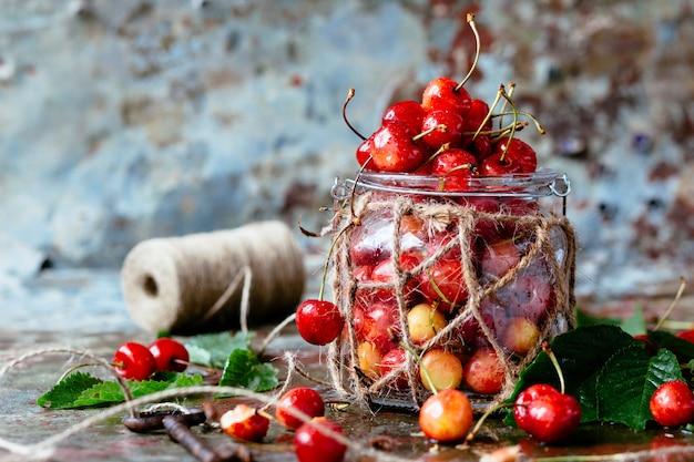 Cereza fresca en la placa en la pared azul de madera. cerezas frescas maduras. cerezas dulces.