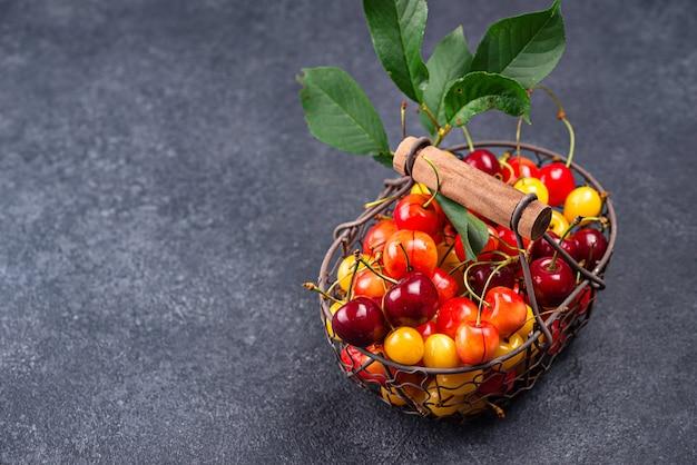Cereza roja y amarilla madura fresca