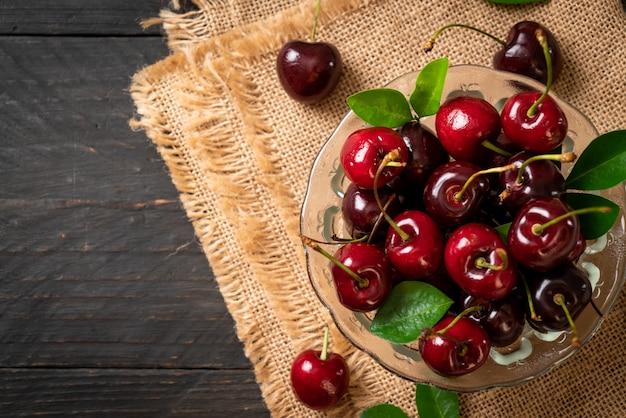 Cerezas frescas en un tazón