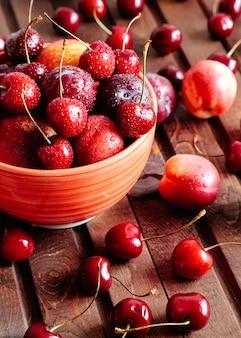 Cerezas y nectarinas frescas en la mesa de madera.