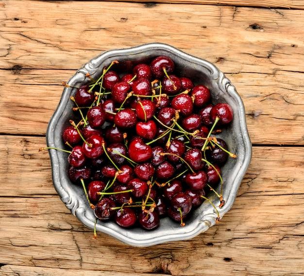 Cerezas rojas frescas
