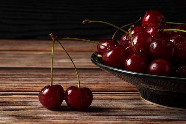 Cerezas rojas en un plato