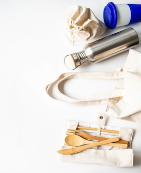 Cero desperdicio viaje conjunto de varios elementos reutilizables sobre fondo blanco.