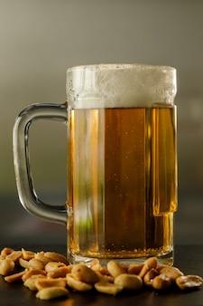 Cerrado con cerveza fresca en un vaso