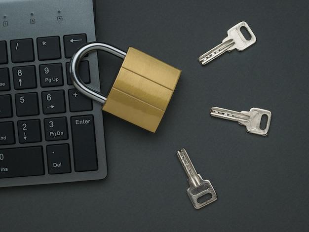 Cerradura cerrada, teclado y tres llaves. el concepto de seguridad informática. endecha plana.