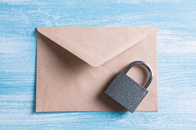 Cerradura con correspondencia de entrega confiable.
