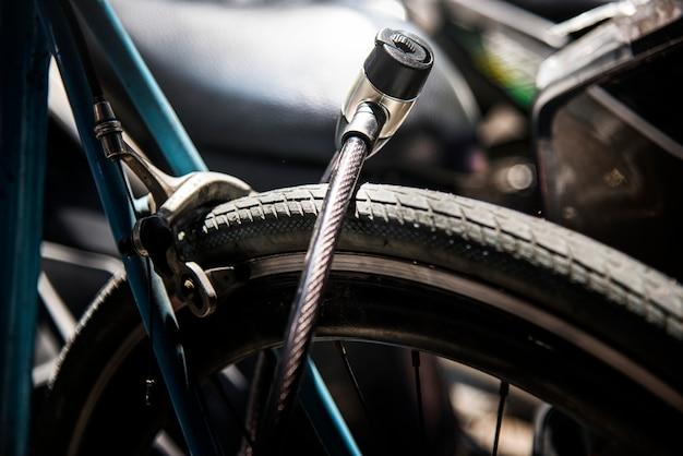 Cerradura de metal en una rueda de bicicleta