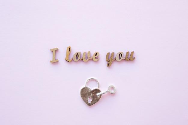 Cerradura y llave cerca te amo escribiendo