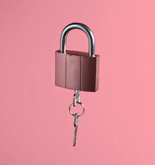 Cerradura de metal con llave en rosa vainilla