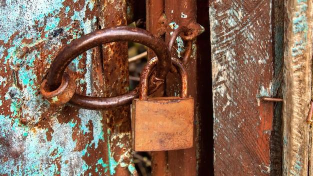 Cerradura oxidada en una vieja puerta hecha a mano