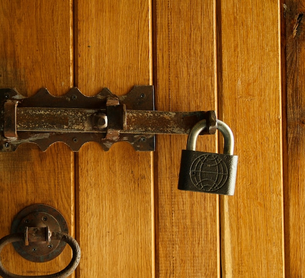 Cerradura vieja de metal en la puerta de madera