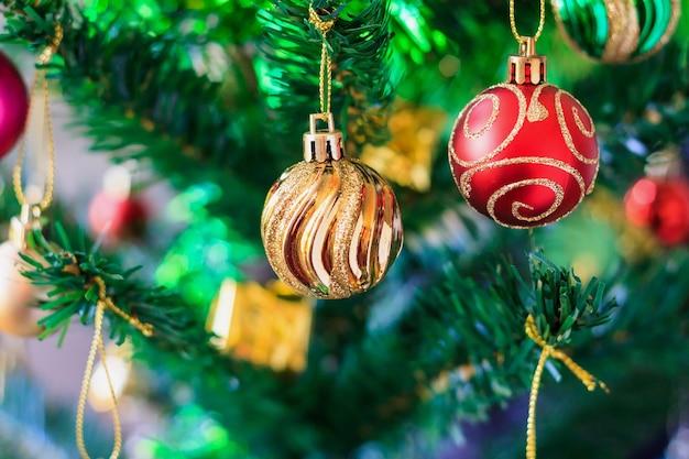 Cerrar adornos de colores en el árbol de navidad
