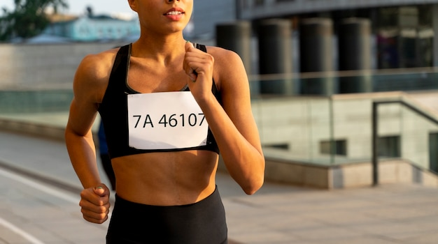 Cerrar ajuste mujer corriendo