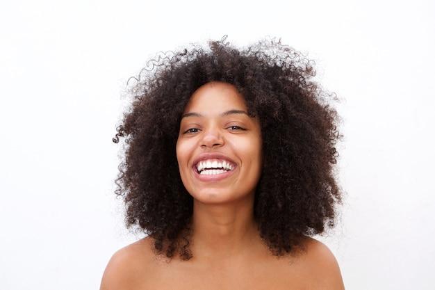 Cerrar alegre mujer afroamericana con hombros descubiertos