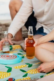 Cerrar amigos con bebidas