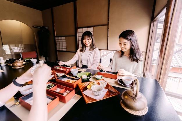 Cerrar amigos comiendo juntos