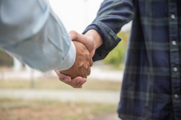 Cerrar amigos estrechar la mano amistad socio comunidad