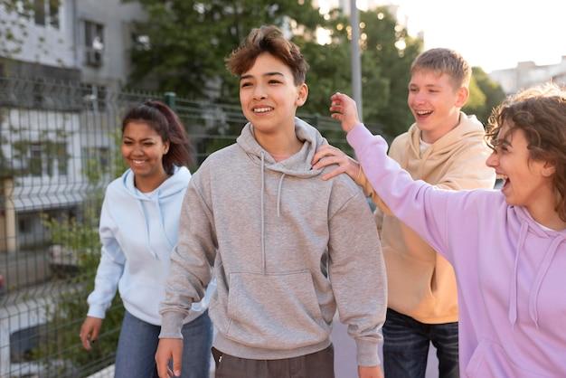 Cerrar amigos felices al aire libre