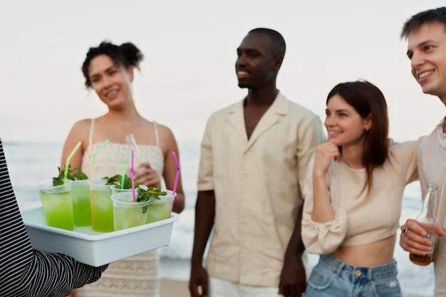 Cerrar amigos felices con bebidas
