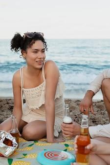 Cerrar amigos sentados en la playa