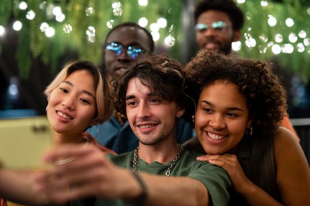 Cerrar amigos tomando selfie juntos