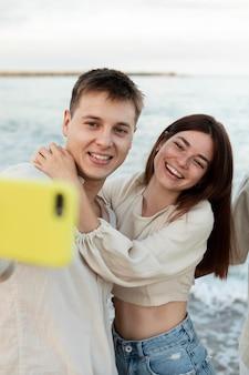 Cerrar amigos tomando selfie con smartphone
