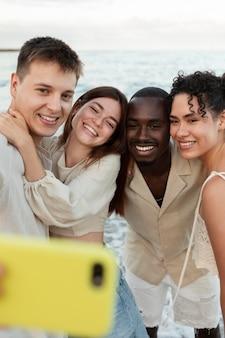 Cerrar amigos tomando selfie con teléfono