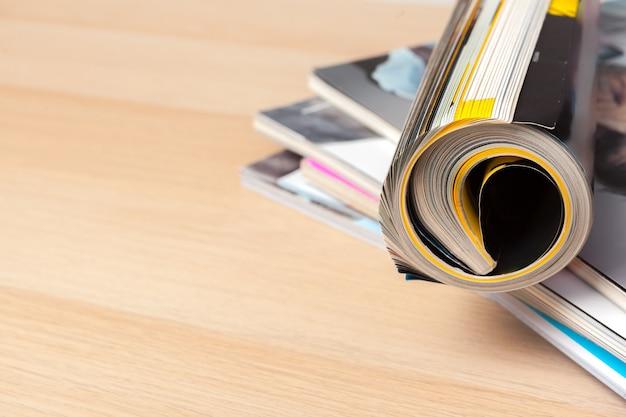 Cerrar apilar lugar de revista en la mesa