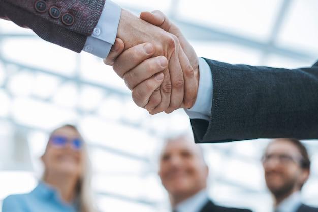 Cerrar apretón de manos confiable de gente de negocios