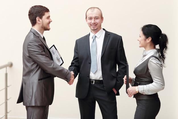 Cerrar apretón de manos de hombre de negocios con mujer de negocios
