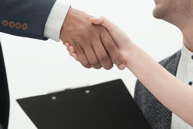 Cerrar apretón de manos socios comerciales después de una transacción exitosa