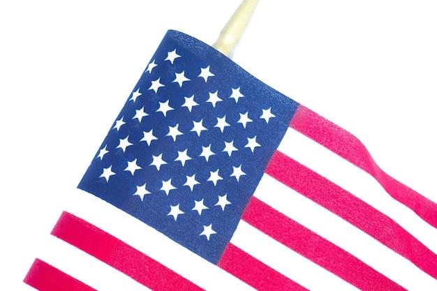 Cerrar la bandera americana sobre fondo blanco. concepto de memorial day o 4 de julio.