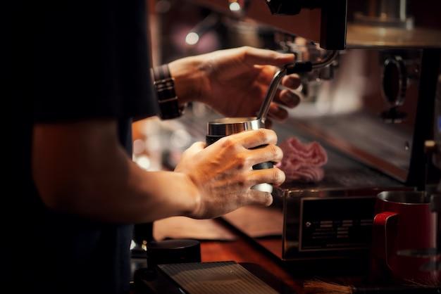Cerrar barista haciendo capuchino, barman preparando café bebida