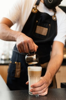 Cerrar barista preparando bebida