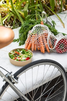 Cerrar en bolsas de la compra llenas de verduras maduras