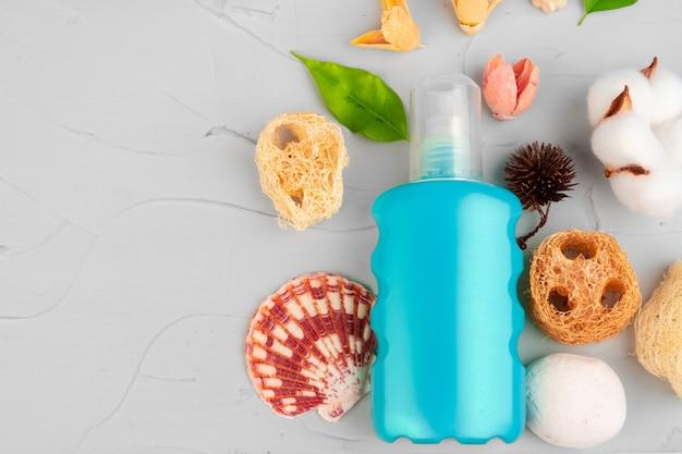 Cerrar botellas de plástico de composición de productos de belleza y cuidado corporal
