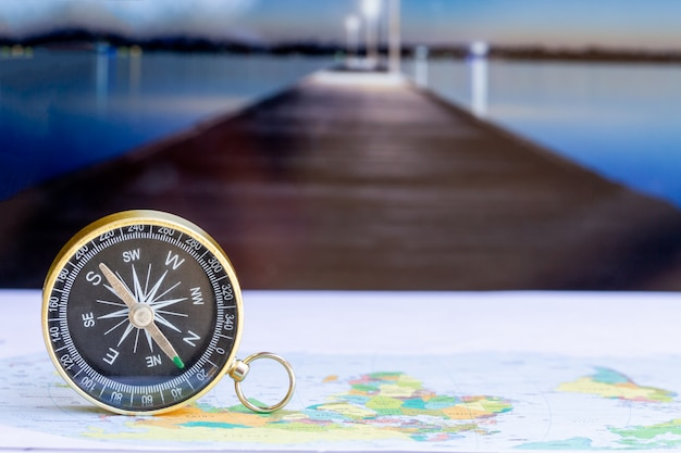 Cerrar brújula en mapa de papel, viajes y estilo de vida