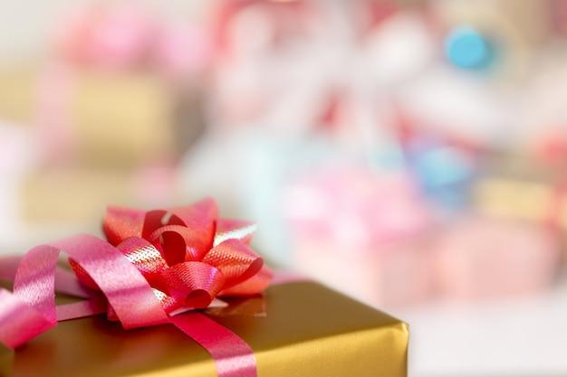 Cerrar caja de regalo y borrosa