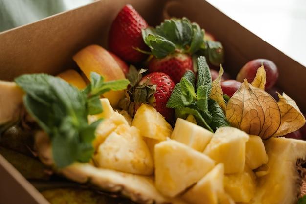 Cerrar cajas de frutas, bayas y alimentos saludables y frescos.