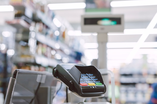 Cerrar el cajero automático en el supermercado