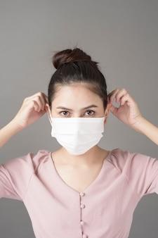 Cerrar cara de mujer lleva mascarilla quirúrgica