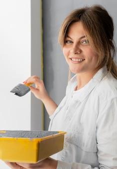 Cerrar el cepillo de explotación de mujer sonriente
